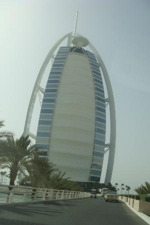Burj Al Arab Jumeirah : vista del hotel desde abajo. Al tope, el helipuerto circular