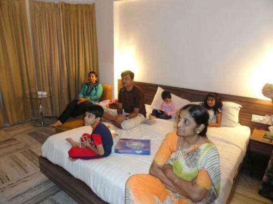 Hillscape Khandala: kingsize bed with big LCD TV