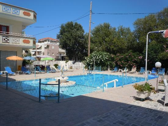 SunCity Hotel Studios: La piscina