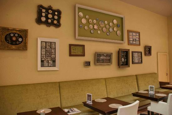 Pappas on the Square: Nice seating and cool art