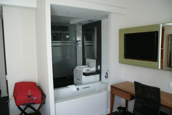 DoubleTree by Hilton Cape Town - Upper Eastside: Bathroom view from the bed