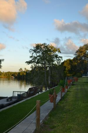 Suwannee Gables Motel and Marina: Looking from the property along the seawall and the Suwannee River