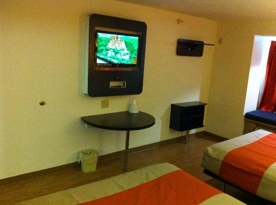Motel 6 Indianapolis: Flat Screen LED TV with Multimedia Plates for Gaming