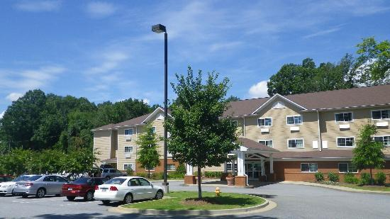 Hawthorn Suites by Wyndham Columbus Fort Benning: Suburban parking in front