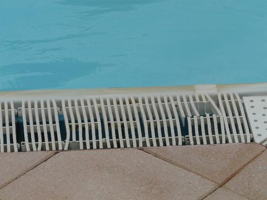 Carsac-Aillac, França: grille plastique de rebord de la piscine.