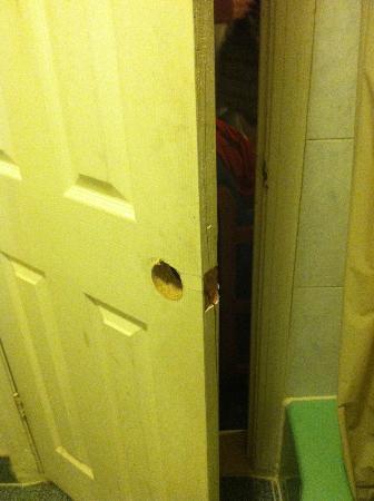 Rodeway Inn: bathroom door