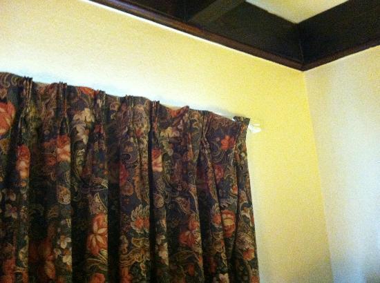 Rodeway Inn: broken drapes