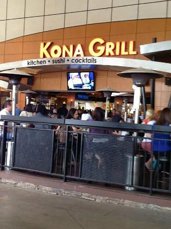 Kona Grill: Outdoor seating area - open air to inside