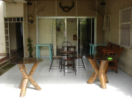 Papillon Pension House: Veranda / Dining Room