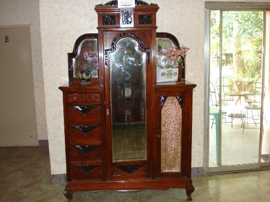Papillon Pension House: Antique Furniture along the Hallway