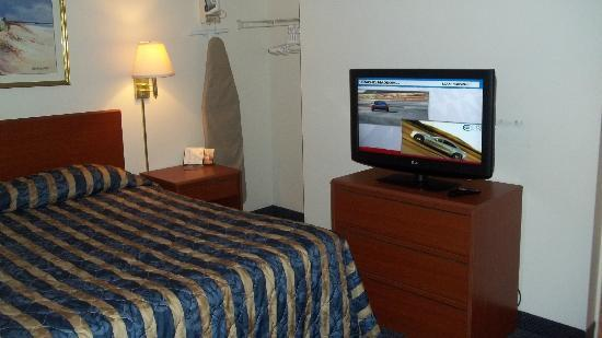 Suburban Extended Stay Hotel of Biloxi - D'Iberville: little small but comfortable and great tv