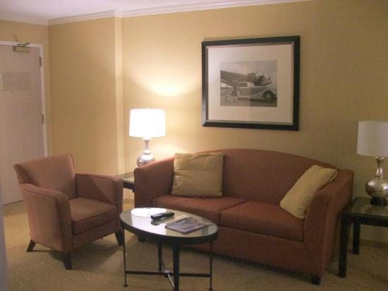 Chicago Marriott Suites O'Hare: SITTING / LIVING ROOM