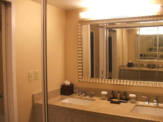 Chicago Marriott Suites O'Hare: VANITY BATHROOM