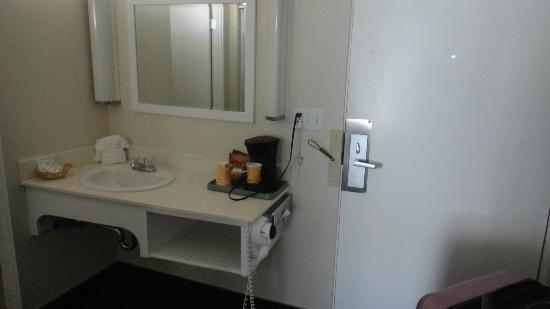 Pea Soup Andersen's Inn: Porta de entrada e pia (ao lado o banheiro e o roupeiro)