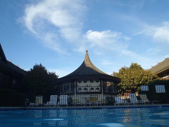 Pea Soup Andersen's Inn: Vista da piscina aquecida para o chalé do café da manhã.