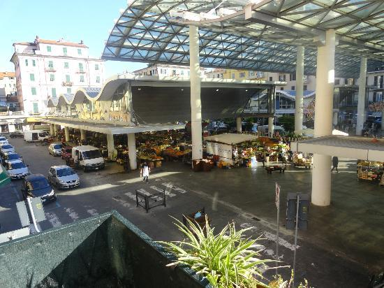 Affittacamere La Tartaruga Doralice: View from the balcony of the market!