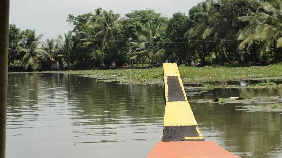 Club Mahindra Kumarakom: View of the canal on a boat