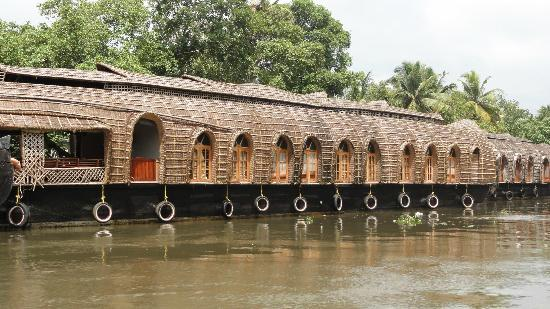 Club Mahindra Kumarakom: House boats are in plenty in the area