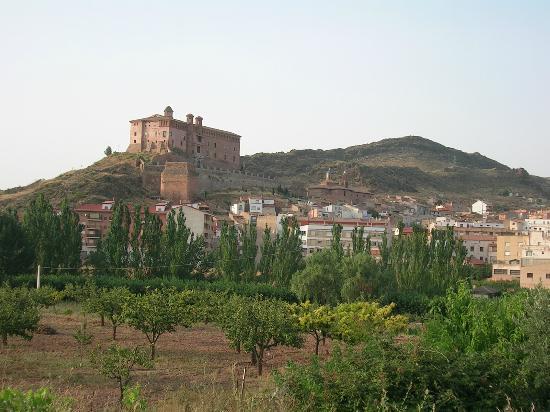 Hospederia Castillo Papa Luna : Hospederia Castillo al fondo y localidad de Illueca (Zaragoza)