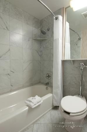 Warwick Allerton-Chicago: Standard Room Tub bathroom