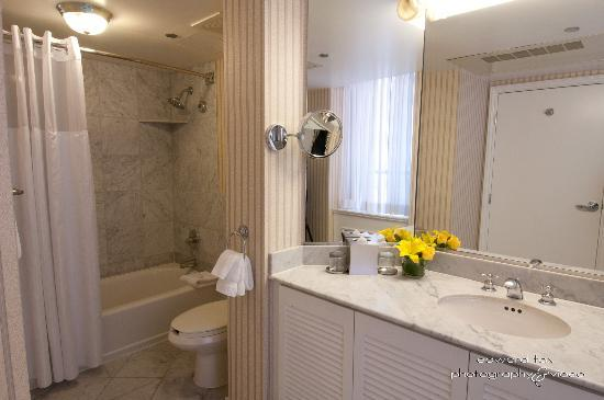 Warwick Allerton-Chicago: Suite Bathroom