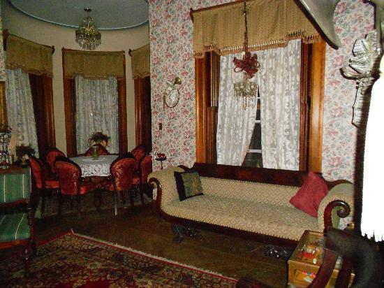 Shearer Elegance Bed and Breakfast: parlor
