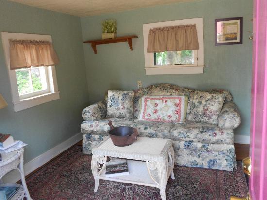 Two Fox Cabins & RVs: Parlor Cabin 8