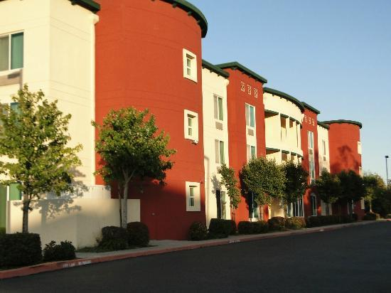 Fairfield Inn & Suites Oakland Hayward: New coloring (backside of the hotel)