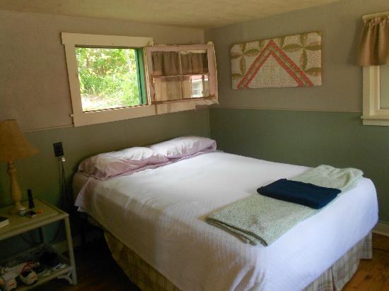 Two Fox Cabins & RVs : Bedroom Cabin 8