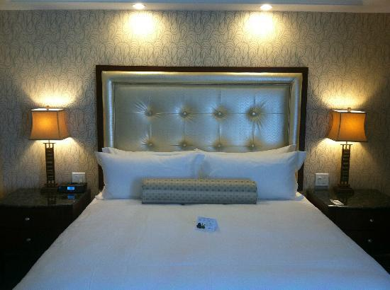 Town & Country Inn and Suites: Airbath Room Headboard