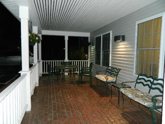 Country Inn & Suites by Radisson, Mount Morris, NY : Front porch