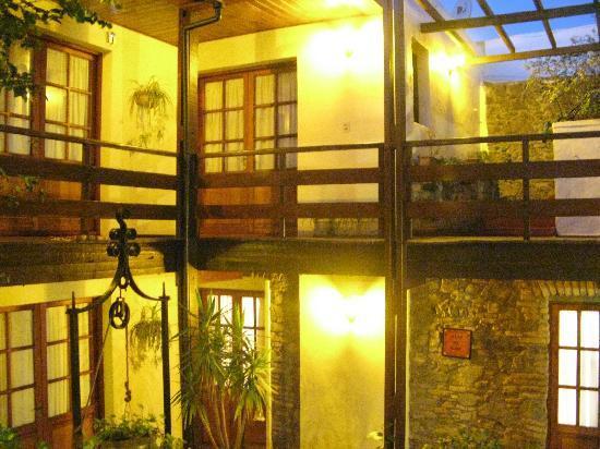 هوتل لا ميزون: Vista nocturna del hall con aljibe que lleva a las distintas habitaciones
