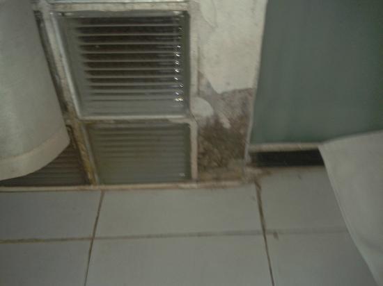 Tang Yue Hotel : L'acqua della doccia distrugge i muri