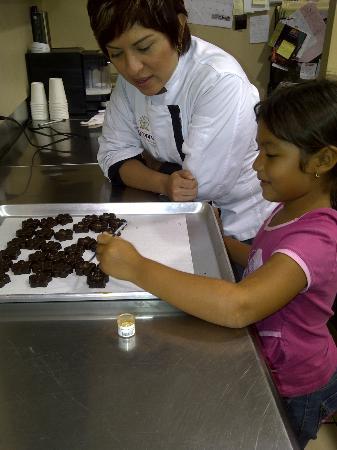 Xocodiva: Practicando la lección de decoración de chocolates