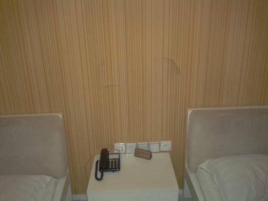 Tang Yue Hotel: La tappezzeria si stacca in alcuni punti della stanza