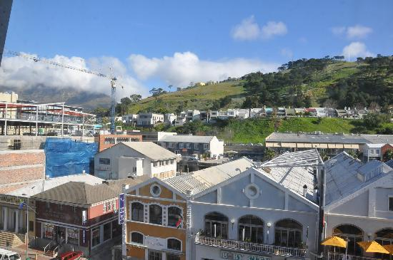 Protea Hotel by Marriott Cape Town Victoria Junction: Bedroom View of Signal Hill and Table Mountain