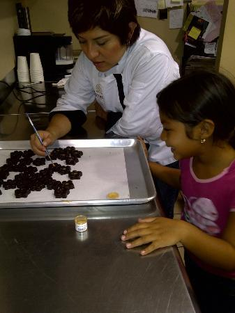 Xocodiva: Mi nena fascinada aprendiendo a decorar chocolates