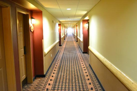 Arrowwood Lodge At Brainerd Lakes: Hotel Corridor