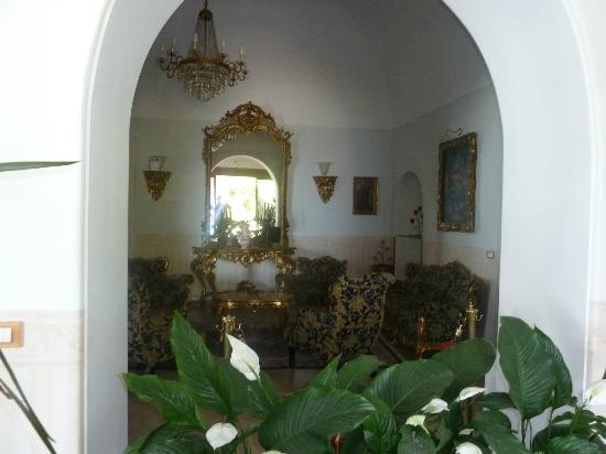 Hotel San Michele: One of several rooms in lobby area