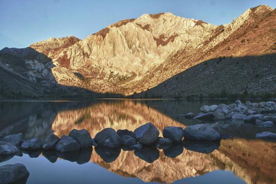 Shilo Inn Suites Mammoth Lakes: Sunrise at Convict Lake