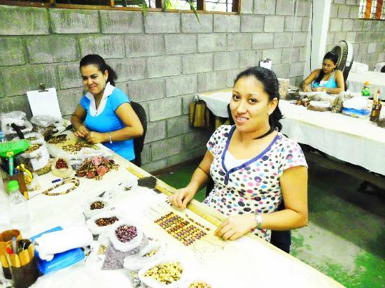 Sr y Sra Ese Factory Tour : Costa Ricans Make Wood Jewelry by Hand