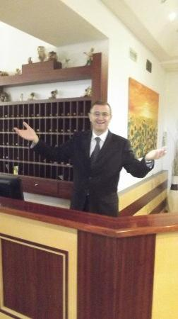 Hotel O Sole Mio: LUIGI le directeur
