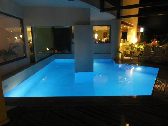 Steris Elegant Beach Hotel Apartment: Pool at night