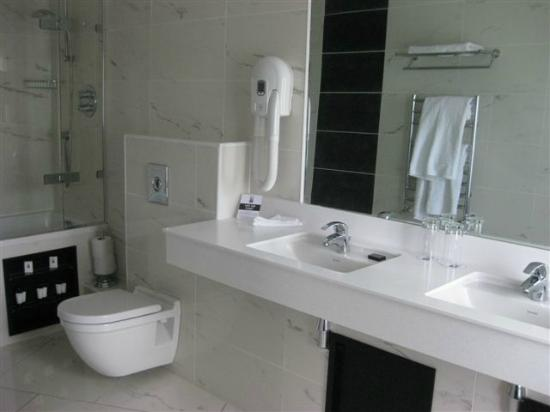 Hampton Hotel: Bath