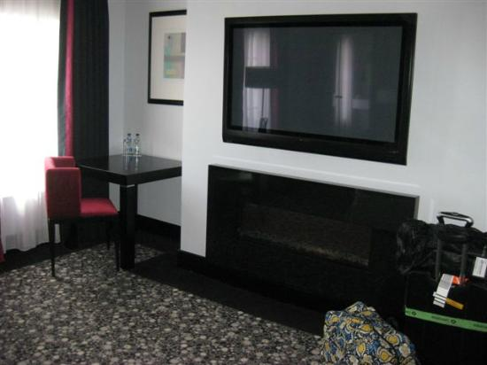 Hampton Hotel: Electric fireplace below TV