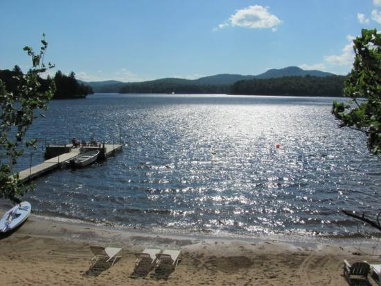 Shamrock Motel & Cottages: Beautiful Sandy Beach on Long Lake