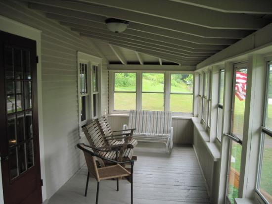 Shamrock Motel & Cottages: Enclosed porch