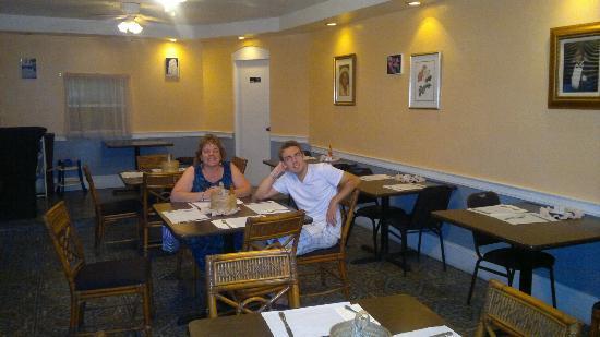 Eddie Edgewater's Grill: Pleasant dining room.