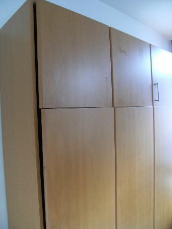 Hotel De Loft: Lit dépliable dont le mobilier est en piteux état
