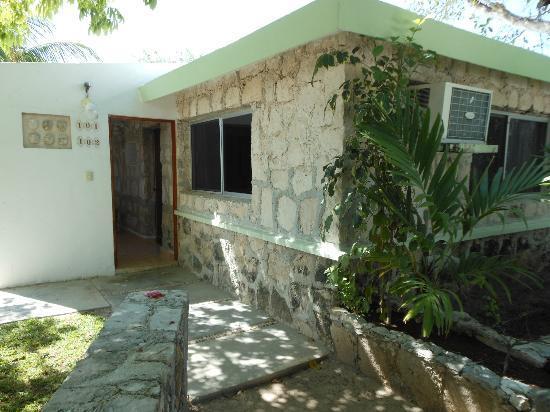 Hotel Akumal Caribe: Bungalow entrance